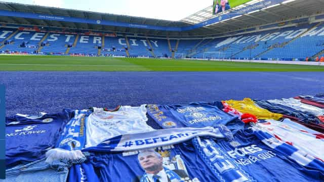 Jogadores do Leicester homenageiam Vichai junto à sua eterna 'casa'