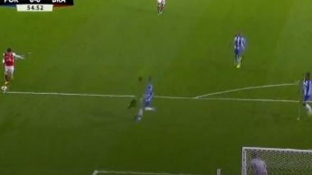 Esgaio atira bomba à trave da baliza de Iker Casillas