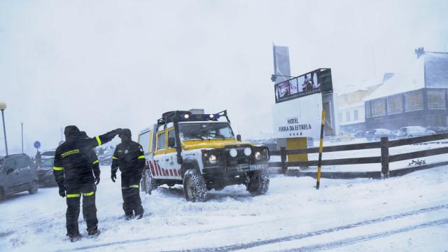 Queda de neve corta vias de acesso à Serra da Estrela