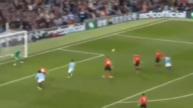 A jogada do terceiro golo do City diante do United está a correr o mundo