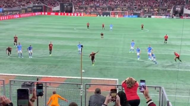 Salto e golo. Terá nascido na MLS uma nova forma de marcar penáltis?