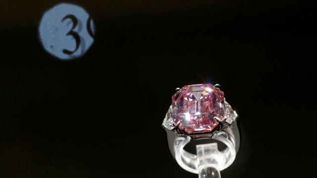 Diamante rosa raro arrebatado por 50 milhões num leilão em Genebra