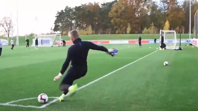 Pickford também se ajeita com os pés e marca de canto direto no treino