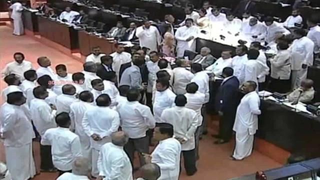 Deputados do Sri Lanka entram em confrontos físicos no Parlamento
