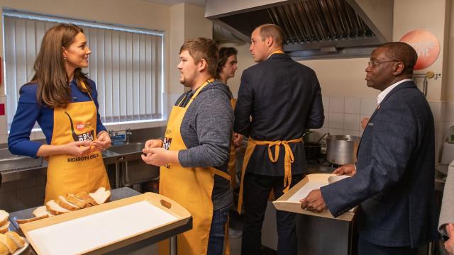 Kate Middleton e William põem mãos à obra e cozinham para sem-abrigo