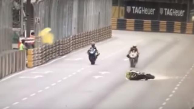 Piloto espanhol termina no hospital, após a moto ficar a arder