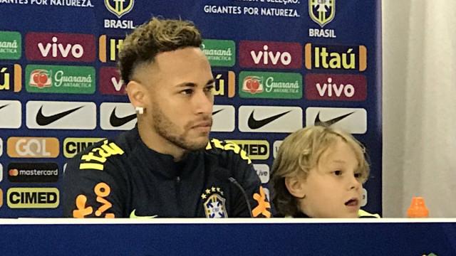Neymar levou alguém especial à conferência e ficou um pedido pendente