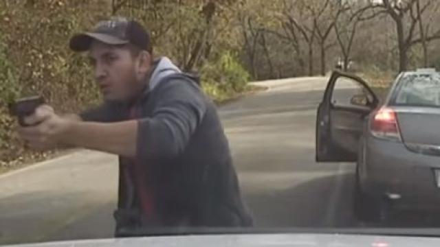 Polícia revela vídeo em que imigrante ilegal dispara contra agentes