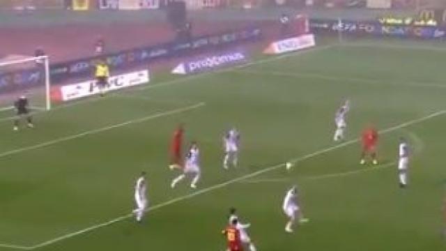 Este passe de Hazard não é uma simples assistência, é mesmo meio golo