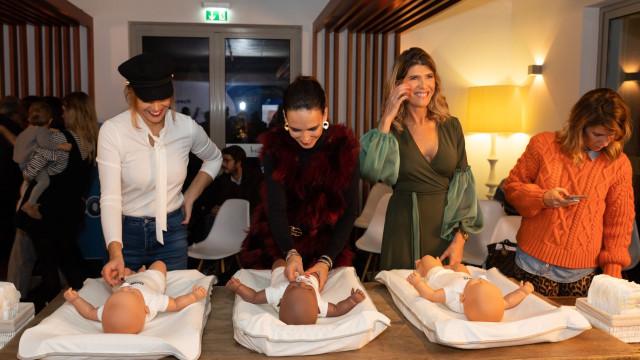 Mães famosas participam em workshop dedicado à muda da fralda