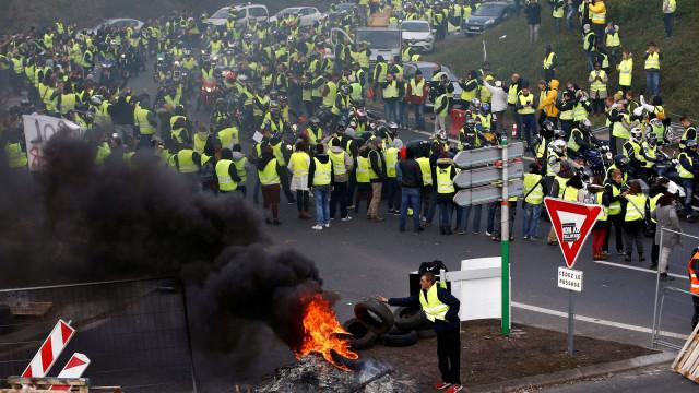 """Manifestações de """"coletes amarelos"""" mobilizaram 244 mil pessoas em França"""