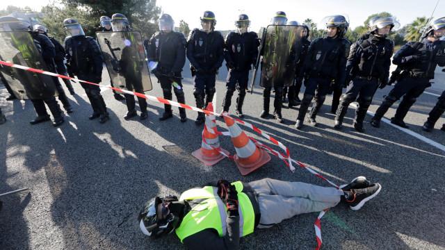 """Mais de 400 feridos nos protestos dos """"coletes amarelos"""" em França"""