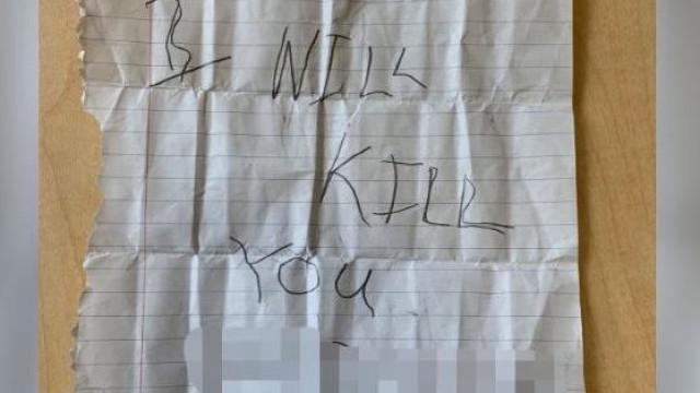 Menina muçulmana de 10 anos recebe bilhete com ameaça de morte