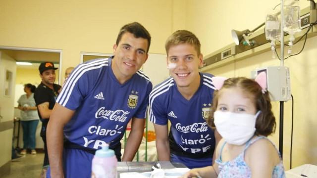 Acuña e companheiros argentinos animaram o dia destas crianças