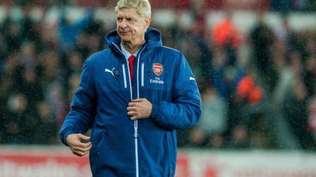Uma das 'lutas' de Wenger no Arsenal foi... com o fecho do casaco