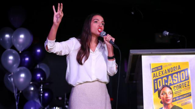 Da roupa à casa, o escrutínio à mais jovem congressista dos EUA