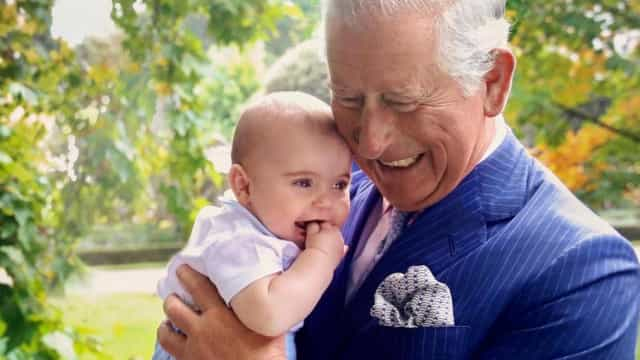 Esta fotografia do príncipe Carlos com Louis deixou os fãs intrigados