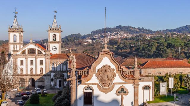 Escultura de Fernando Casás homenageia Alberto Carneiro em Santo Tirso