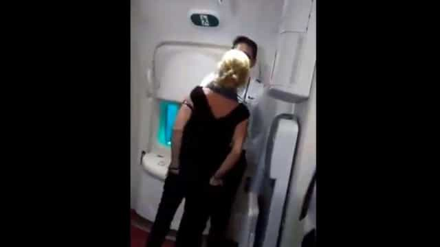 Passageira detida após insultar tripulação. Não lhe deram mais vinho