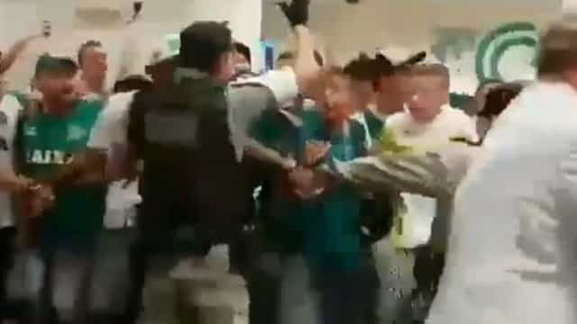 Loucura no Brasil: Goiás regressa à Serie A e até polícia festejou