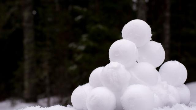 Polícias ajudaram a extinguir fogo com bolas de neve