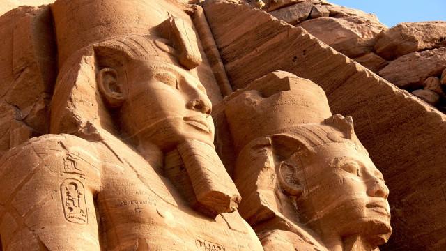 SABIA QUE os egípcios rapavam as sobrancelhas quando os gatos morriam?