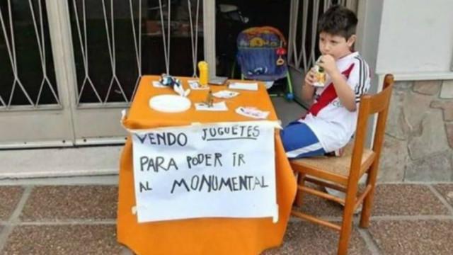 Criança pôs brinquedos à venda para ver o River Plate. Claque pagou tudo