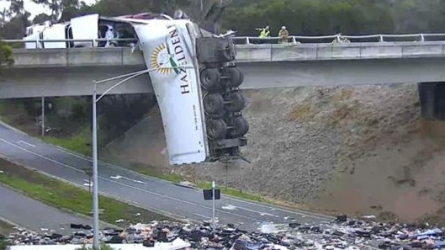 Camião despista-se e fica pendurado numa ponte na Austrália