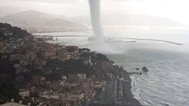 Tromba de água impressionante causa pânico em Itália