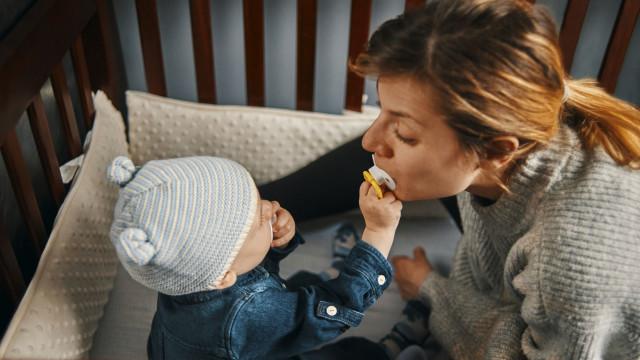 Afinal, os pais devem limpar a chupeta com a própria saliva, diz estudo