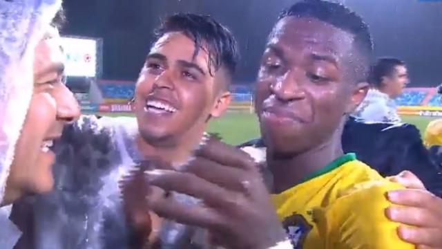 Vinicius Júnior acabou jogo cercado por 'caçadores' de selfies