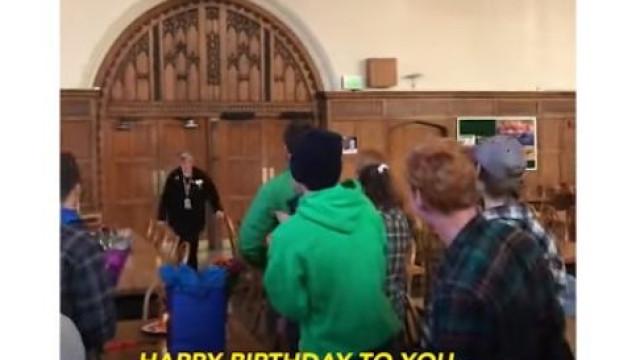 Alunos surpreendem funcionária de cantina escolar no seu aniversário