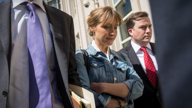 Em prisão domiciliária, Allison Mack ganha ordem judicial contra homem