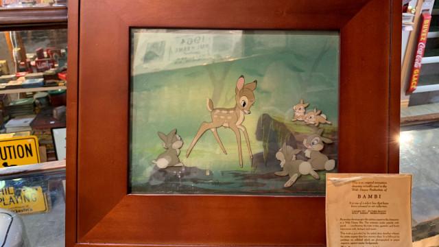 Sem-abrigo encontra obra de arte rara do 'Bambi'. Teve uma surpresa