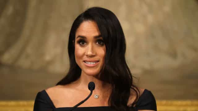 Meghan Markle surpreende ao subir ao palco dos British Fashion Awards
