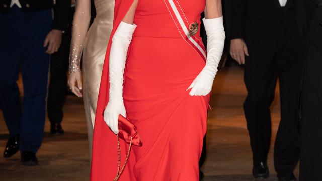 Princesa Carolina do Mónaco deslumbra com vestido vermelho