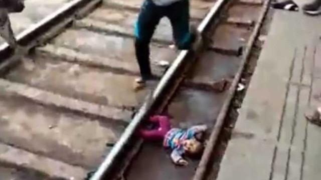 Bebé sobrevive a atropelamento de comboio na Índia