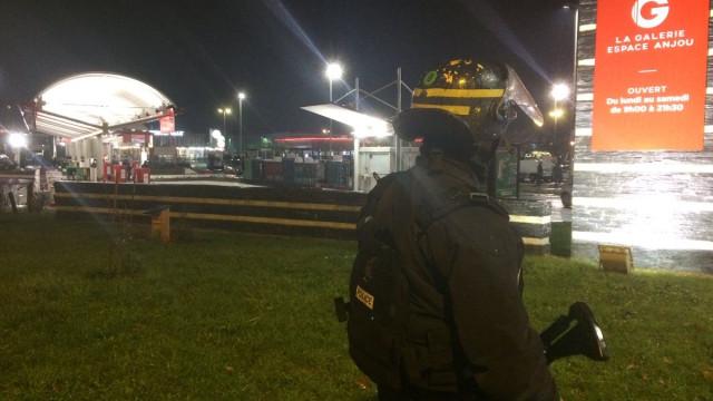Homem de colete amarelo ameaça explodir granada em bomba de gasolina