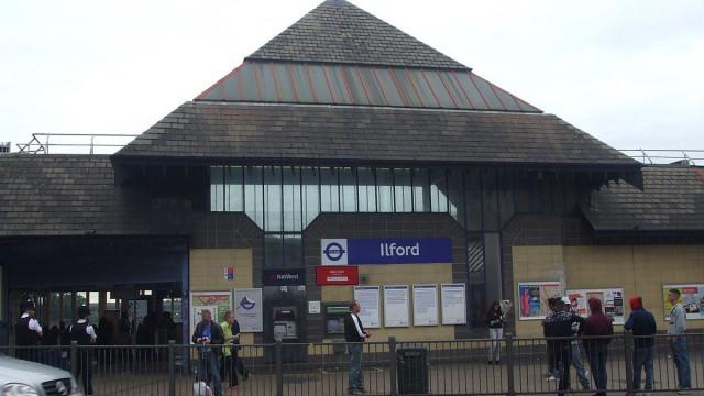 Agente da polícia esfaqueado à porta do metro em Londres