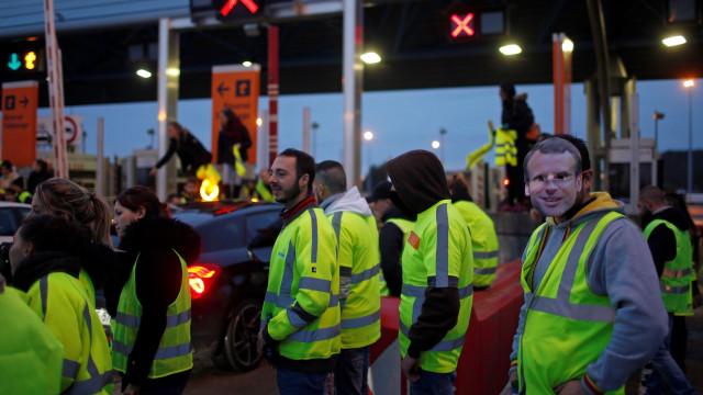 Oito feridos, dois polícias, nos protestos dos 'coletes amarelos'