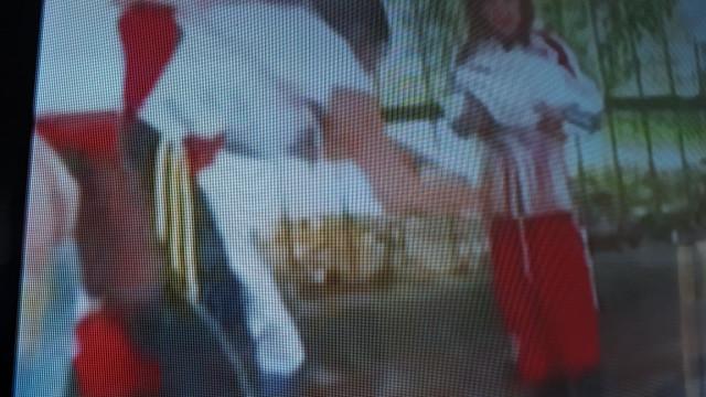 Lamentável: Colocam petardos numa criança para entrar no River-Boca