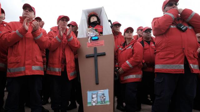 """A manifestação dos bombeiros """"magoados e humilhados"""" em imagens"""