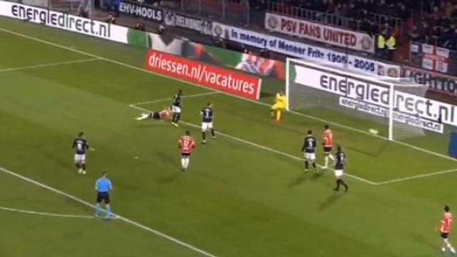 Jogador do PSV assina bicicleta monumental diante do Heerenveen
