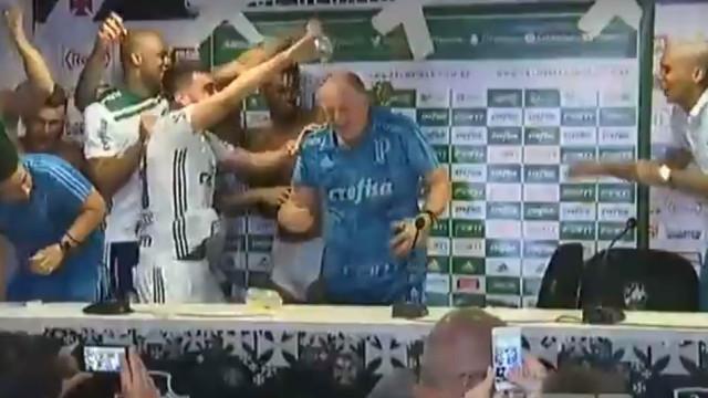 Scolari foi campeão e não escapou ao banho na conferência