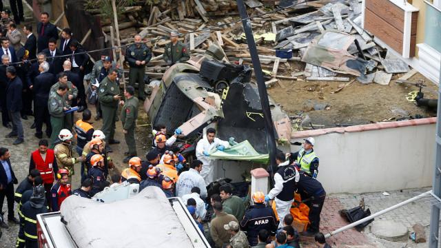 Helicóptero militar cai em bairro de Istambul e faz quatro mortos