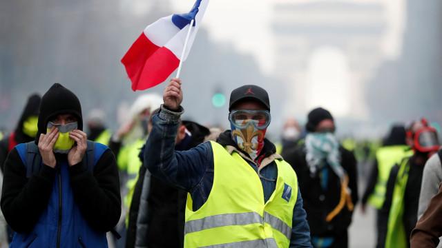 Milhares de 'coletes amarelos' juntam-se em Paris no 15.º sábado