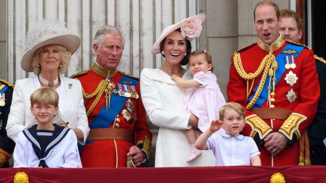 Príncipe Carlos faz piada sobre a sua relação com os netos
