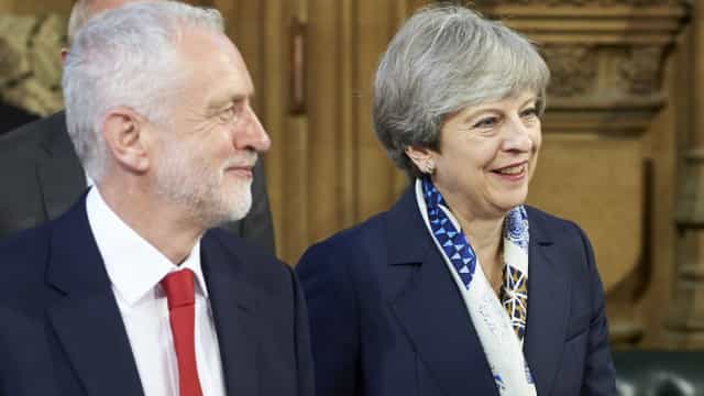 Jeremy Corbyn vai avançar com moção de censura a Theresa May