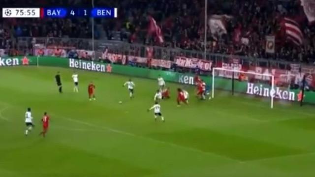 Ribéry fecha 'chapa cinco' depois de boa jogada de envolvimento atacante