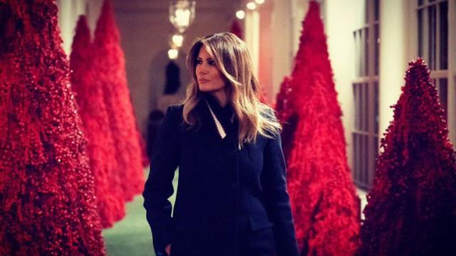 Melania Trump gozada por fazer árvore de Natal com luvas (já há memes)